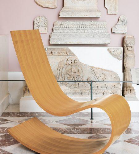 Ce rocking-chair, réalisé par l'Atelier de recherche et de création du Mobilier national d'après un projet de Richard Peduzzi, est constitué par une seule bande de bois de merisier moulé se déroulant comme un ruban.