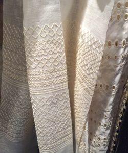 Tissu Twill d'Orient, jacquard soie et coton. Dessin d'archive dont le traitement photographique de l'image revisite le paysage oriental. Dedar