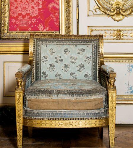 Bergère en bois doré sculpté, brocart Louis XVI, collections du Mobilier National.