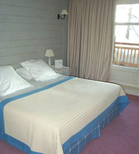 NordCh.101-121+105+110-sud-lit-plaid-blanc-bordure-bleu-parementage-bleu-à-carreux-rideaux-beige-à-plis-creux